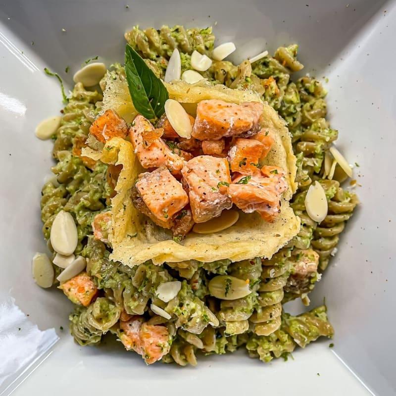 Pasta con pesto di broccoli e salmone