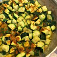 Foto preparazione Riso rosso integrale con zucchine e curry su crema di cannellini