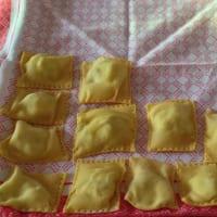 Foto preparazione Ravioli di ricotta, radicchio e noci al pomodoro e guanciale