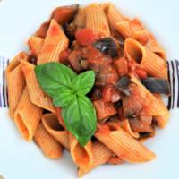 Ricetta correlata Pasta corta con sugo di pomodoro, melanzane, olive e basilico fresco