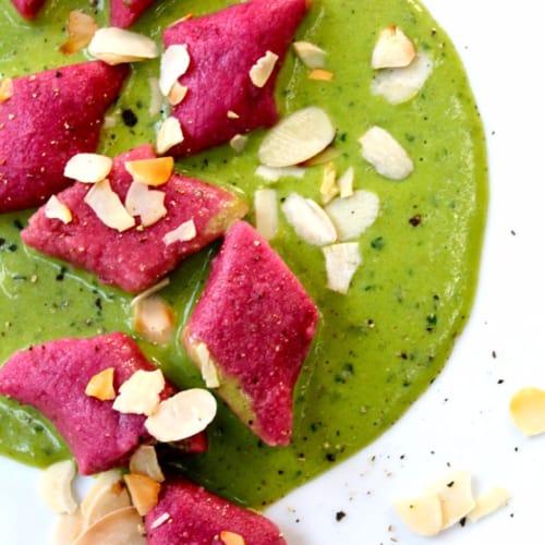 Foto Ricetta Sexy gnocchi speziati di barbabietola con mandorle tostate e crema veg