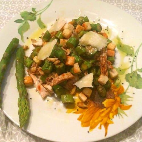 Foto Ricetta Pollo grigliato,noci e asparagi ad insalata