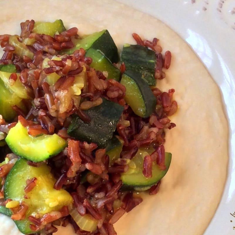 Foto Ricetta Riso rosso integrale con zucchine e curry su crema di cannellini