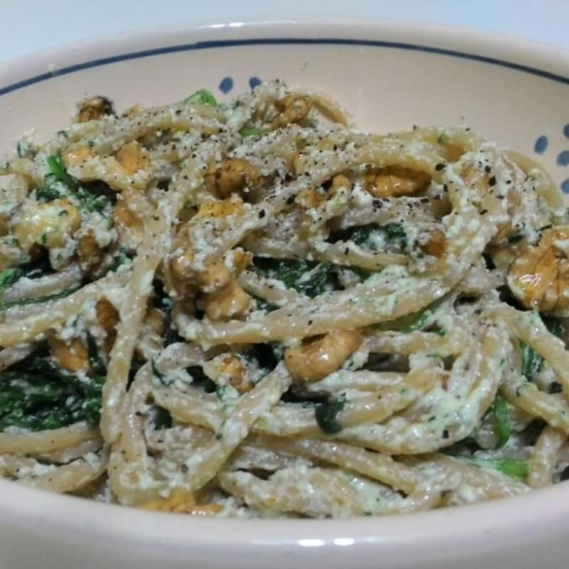 Foto Ricetta Wholemeal spaghetti with rocket salad, cottage cheese and walnuts