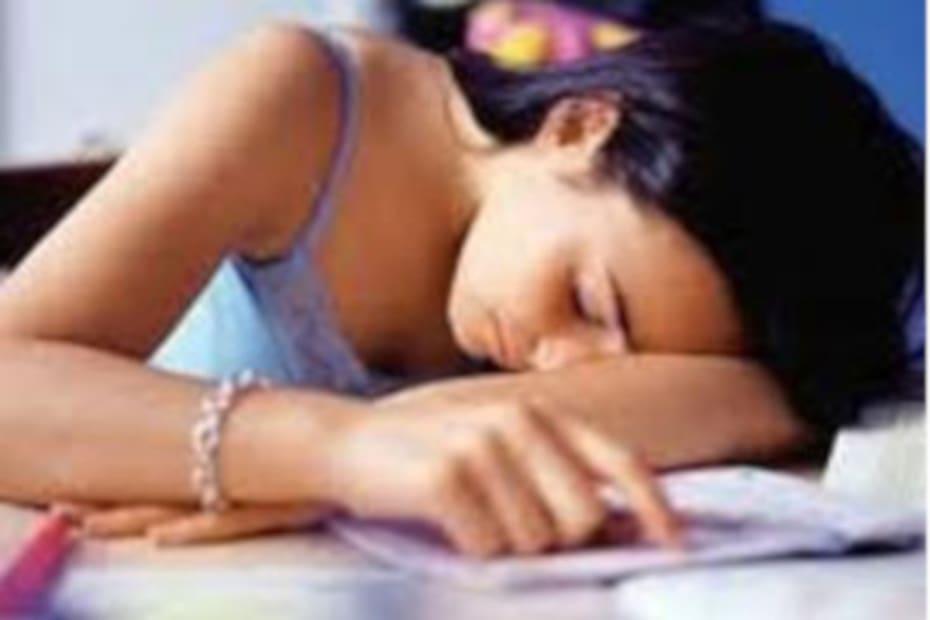 Adolescentes que dormem pouco tendem a comer alimentos gordurosos - destacada