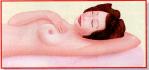 Auto-exame de mamas. Deitada, apalpe a metade externa da mama que, em geral, é mais consistente.