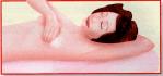 Auto-exame de mamas. Deitada, apalpe, agora, as axilas.
