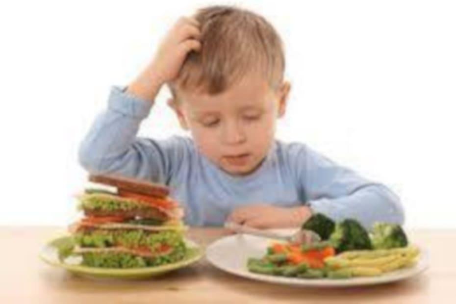 Alimentos para crianças de 6 a 18 meses têm sódio demais e ferro de menos - destacada