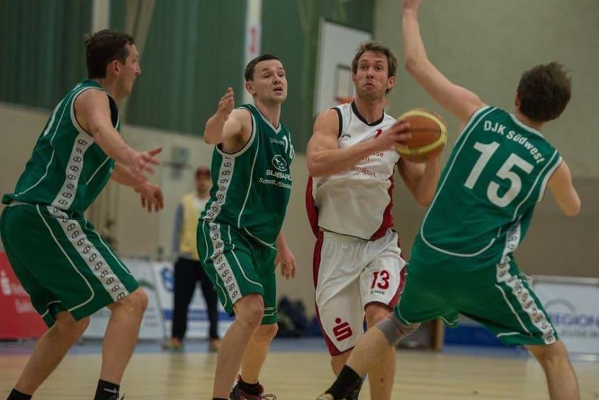 Felix Felder beim Basketball spielen