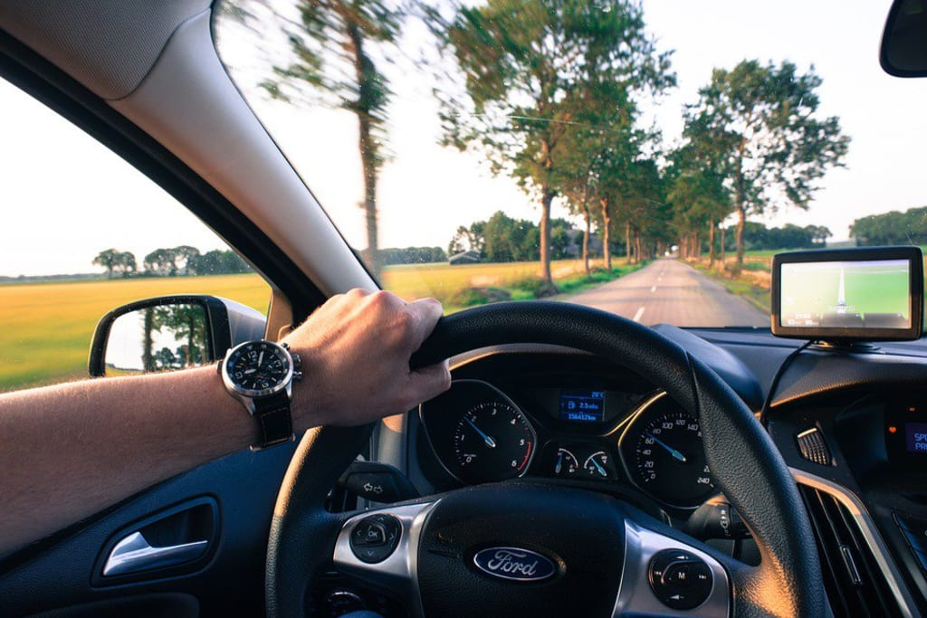 Prêt de voiture - conducteur route arbres - Auto - 960x640 - JPG