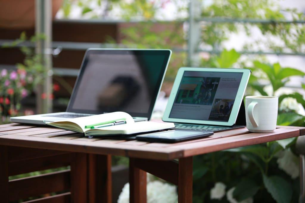 Statuts freelance - ordinateur cahier notes - Multiproduit - 1280x853 - JPG