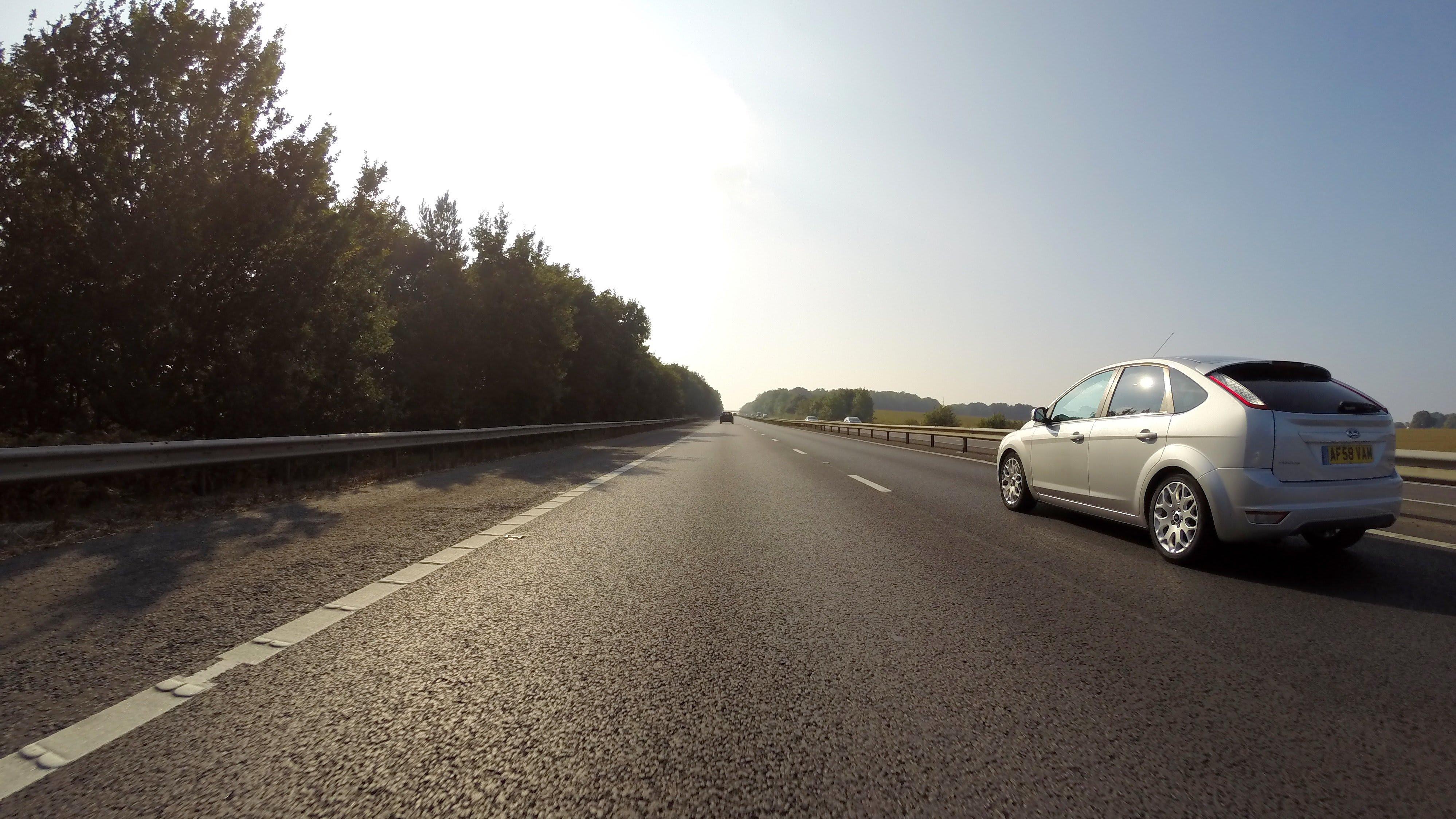 Frais déplacement freelance - voiture sur la route - Auto - 3996x2249 - JPG