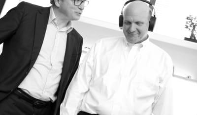 Steve Ballmer ancien CEO de Microsoft teste le casque audio iconique Zik by Starck