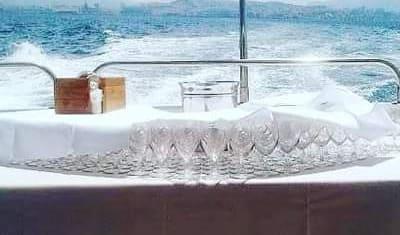 Réception sur un bateau au large de Marseille