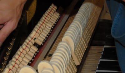 Réglage étouffoirs de piano droit