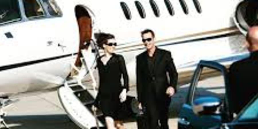 Arrivée d'un jet privée avec un accueil VIP
