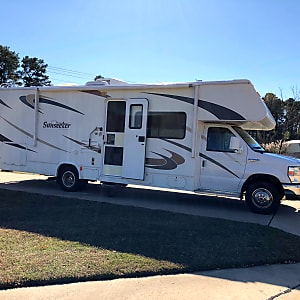76c0dc51e4 2010 Forest River Sunseeker seeks happy campers to share some good times on  the road!