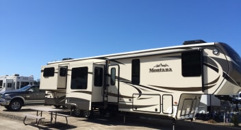 2015 Keystone Montana 3790RD (Delivery Available, w/ Generator, and Solar)