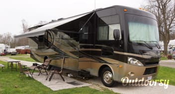 2013 Thor Motor Coach Hurricane. 36 FT. Sleeps 8