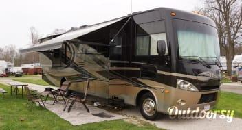 2013 Thor Motor Coach Hurricane. 36 FT. Sleeps 8