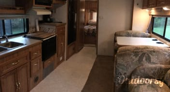 Coachmen Leprechaun 30' Class C - sleeps 6/7