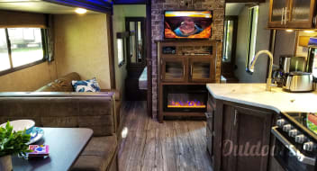 2018 Modern Luxury Camper! Cherokee Grey Wolf 30'