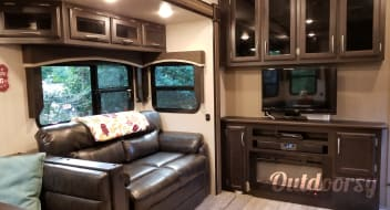 2018 Durango by KZ-- Large Fifth Wheel--- FREE DELIVERY TO FORT WILDERNESS AND SURROUNDING CAMPGROUNDS