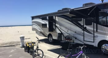 2015 Fleetwood Bounder Classic with King Bed and Bunk Beds!!