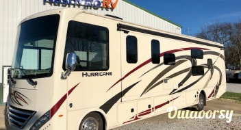 2020 Thor Motor Coach Hurricane w/ King Bed *Super Slide*