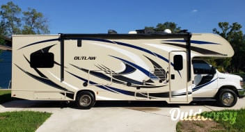 2018 Thor Motor Coach Outlaw with Patio and LOW MILEAGE!