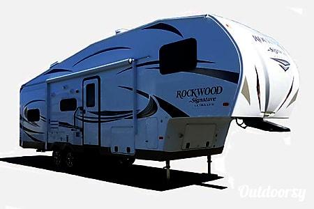 032' Forest River Rockwood 5th Wheel w/Triple Slide-Outs (T13)  San Marcos, CA