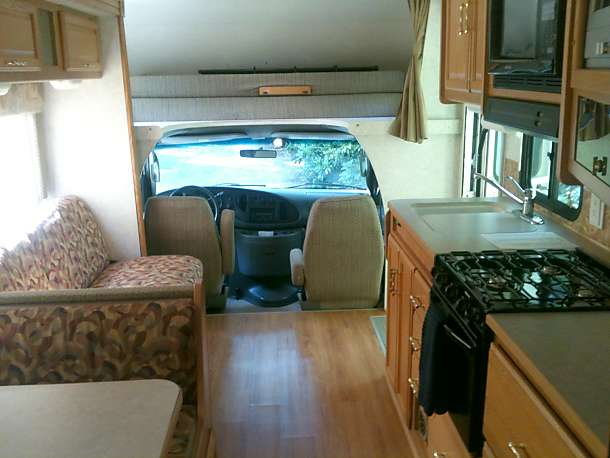 inside looking toward driver's cab. Winnebago Minnie Winnie 2006