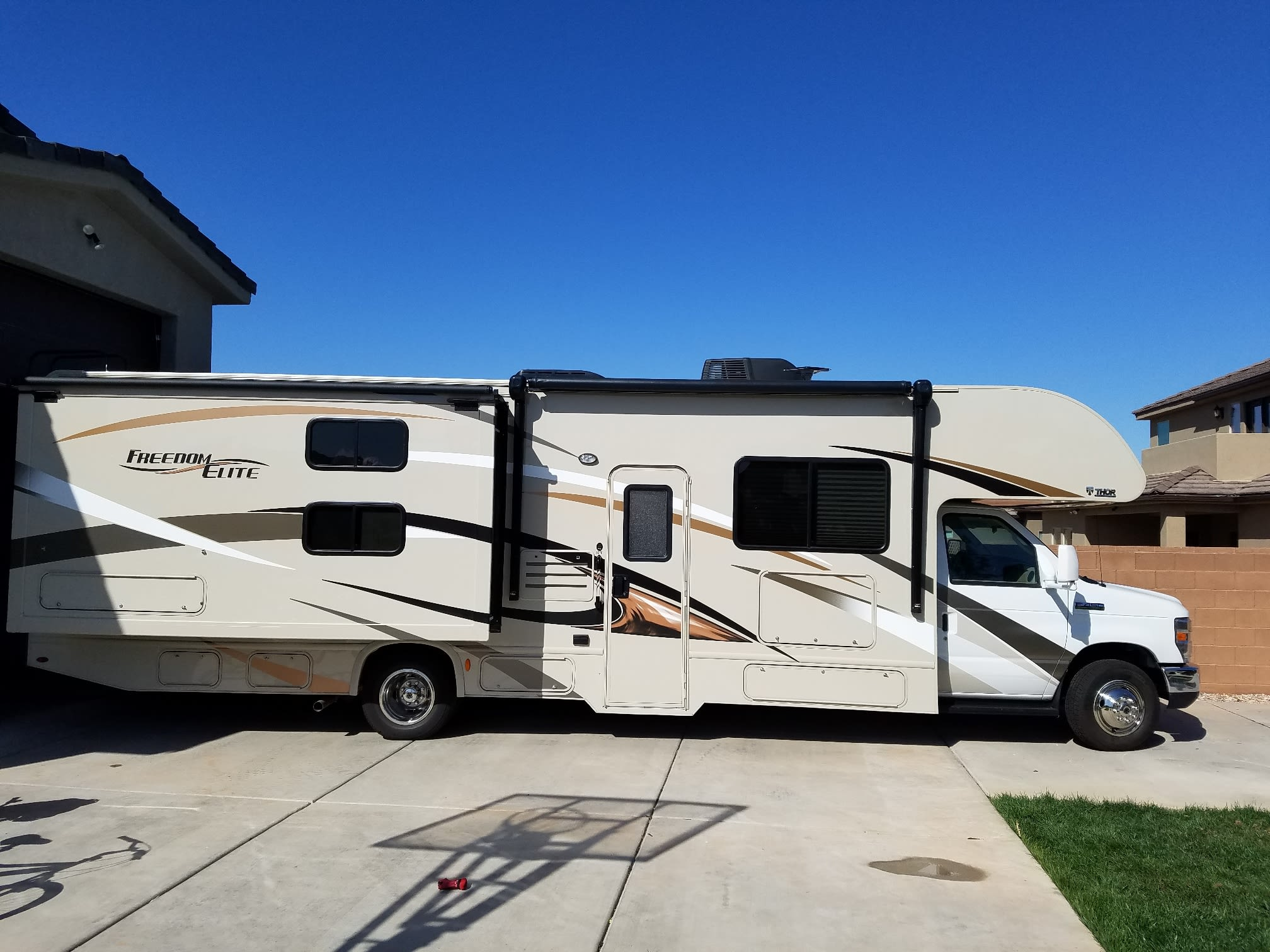 Overall view of the motorhome.. Thor Motor Coach Freedom Elite 2017