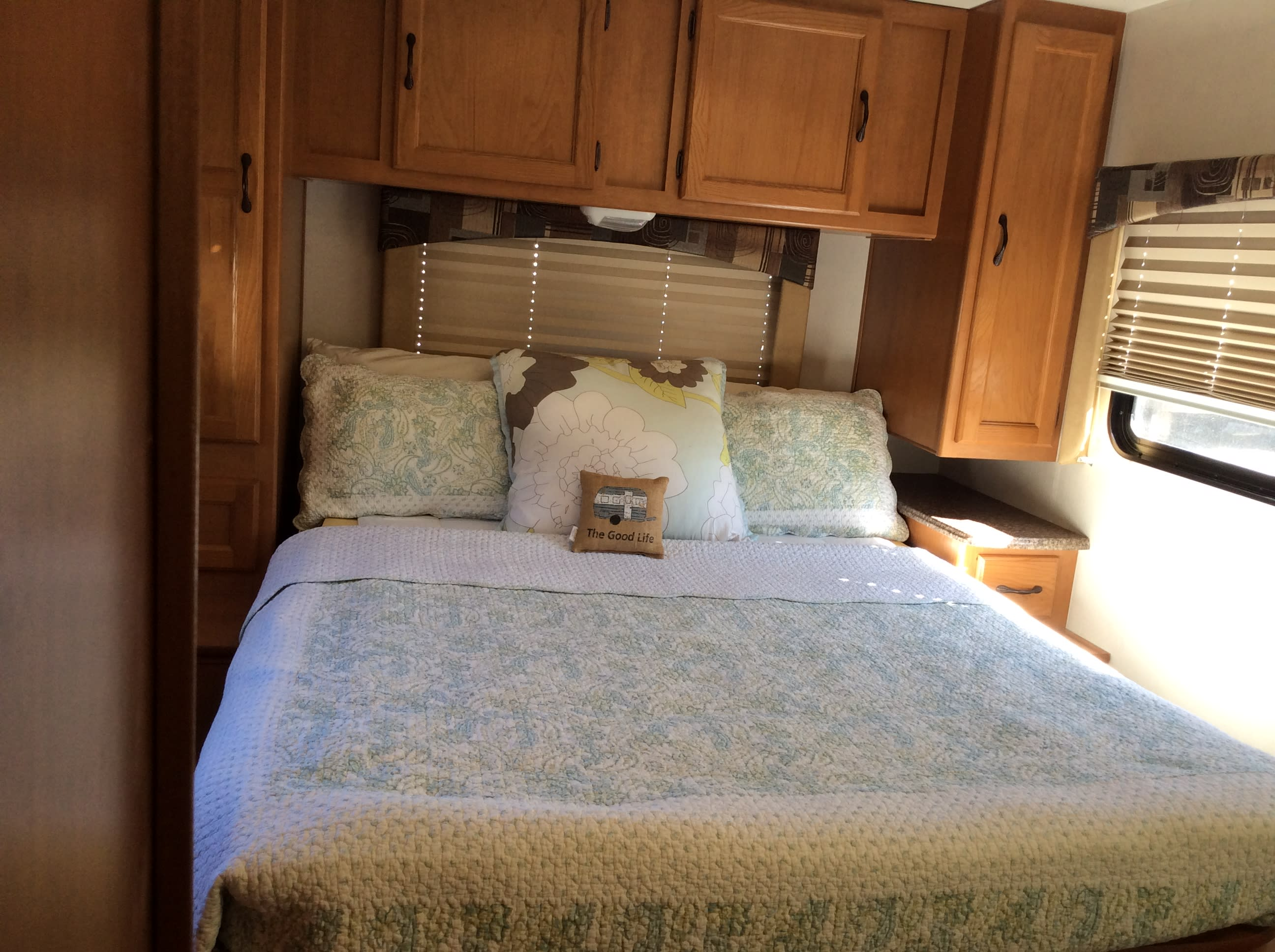 Queen Bed. Coachmen Freelander 2013
