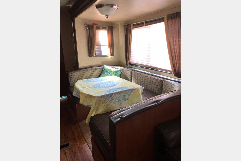 u-shaped dining table converts to full bed. Forest River Salem 2016