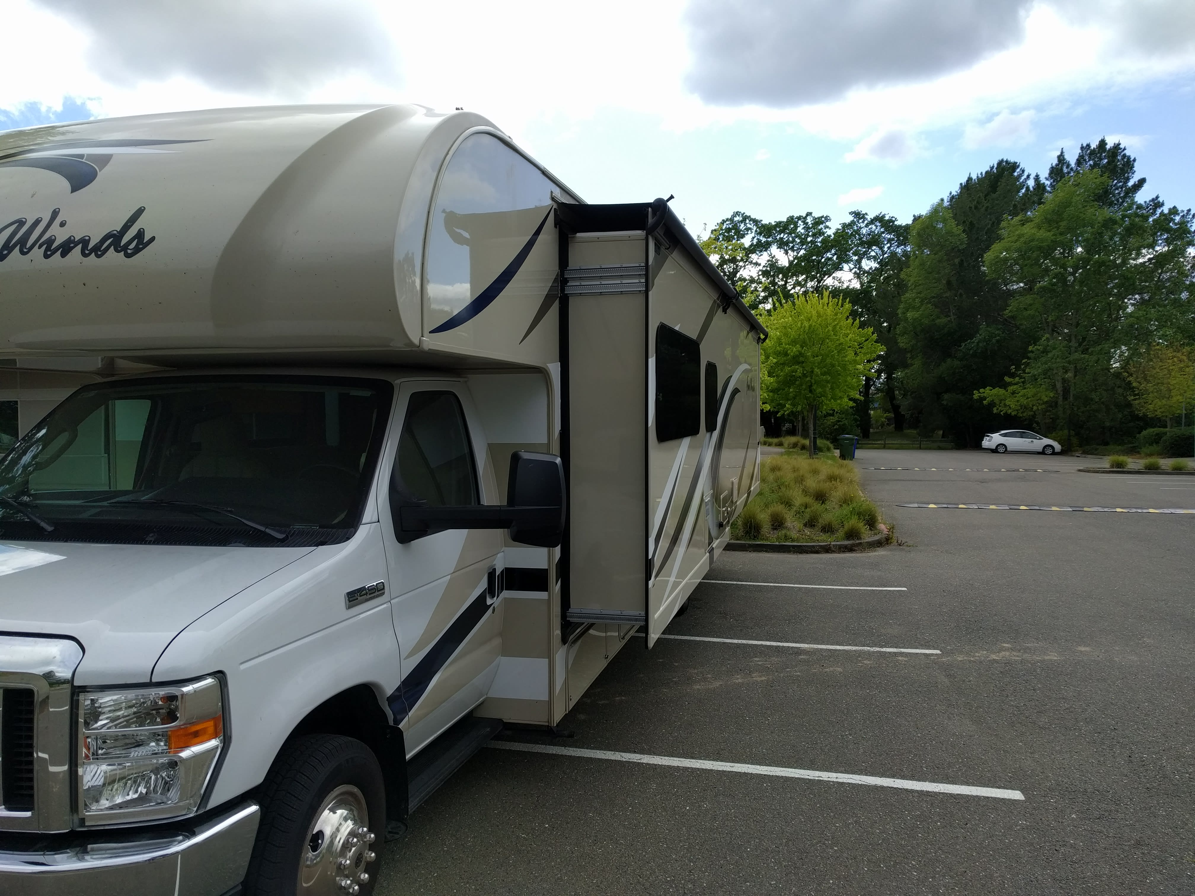 Front W Slideout. Thor Motor Coach Four Winds 2017
