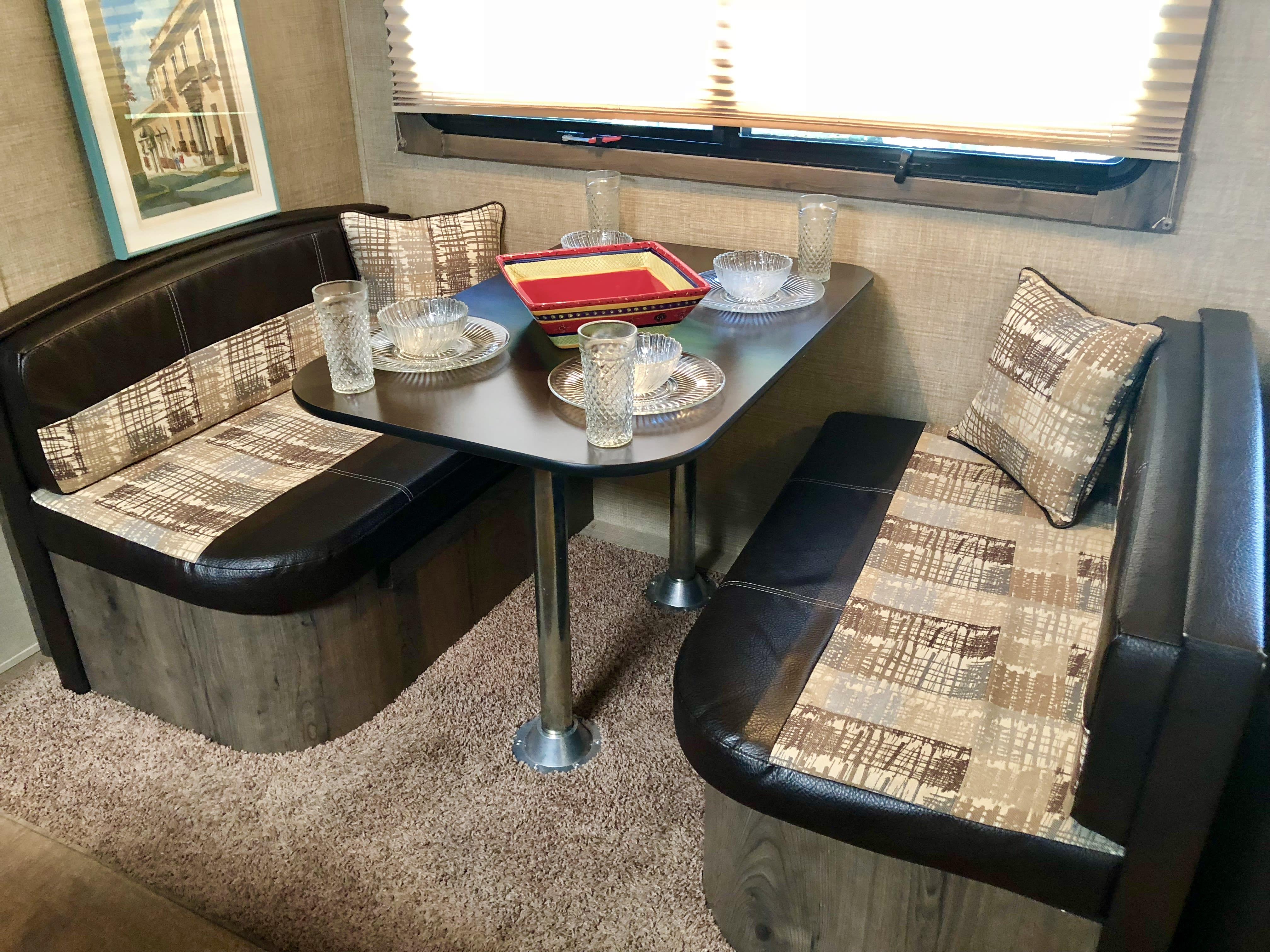 Dining Table. Dutchman Kodiak 300bhsl 2015