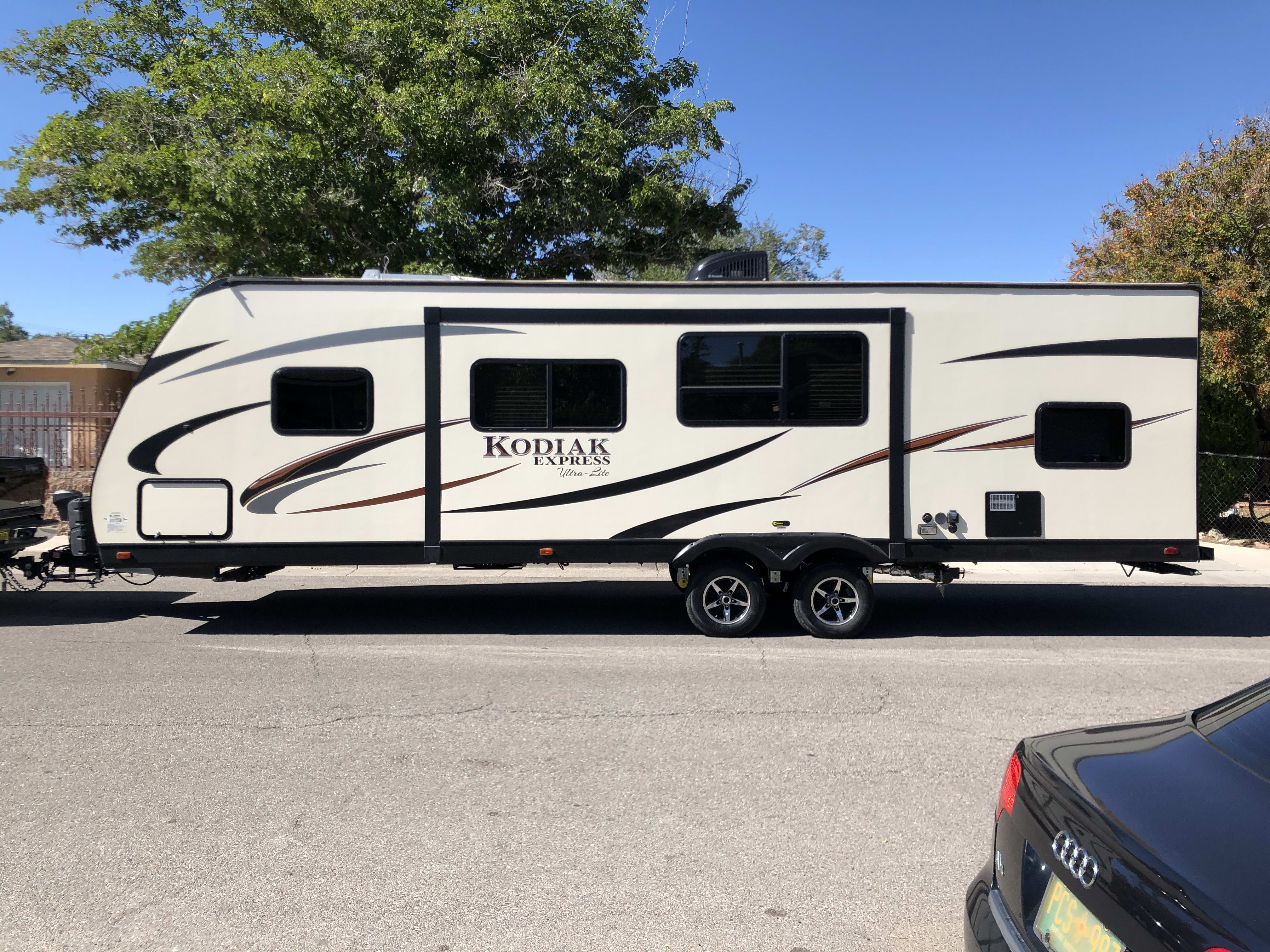 are you in love with the outdoor? This travel trailer, can help you to be in the wilderness , while  safe , warm And with the luxury of a five stars hotel. . Dutchmen Kodiak 2017