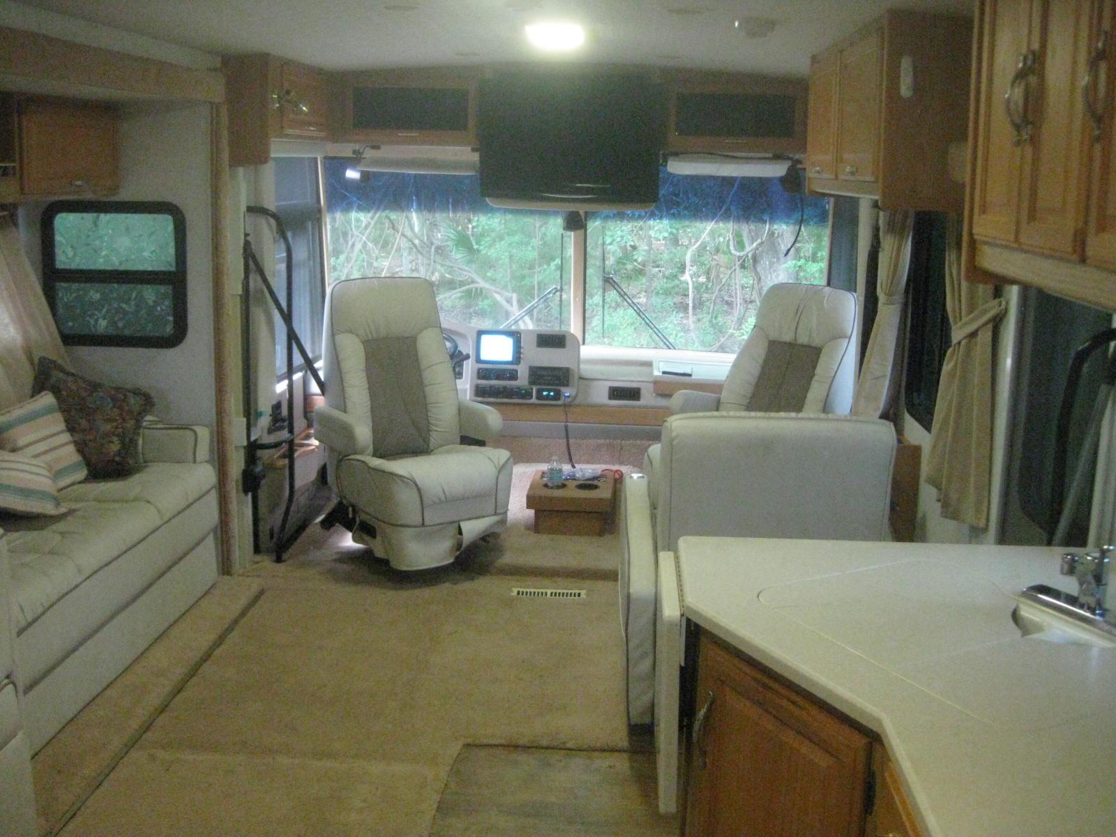 Living area. Winnebago Adventurer 2003