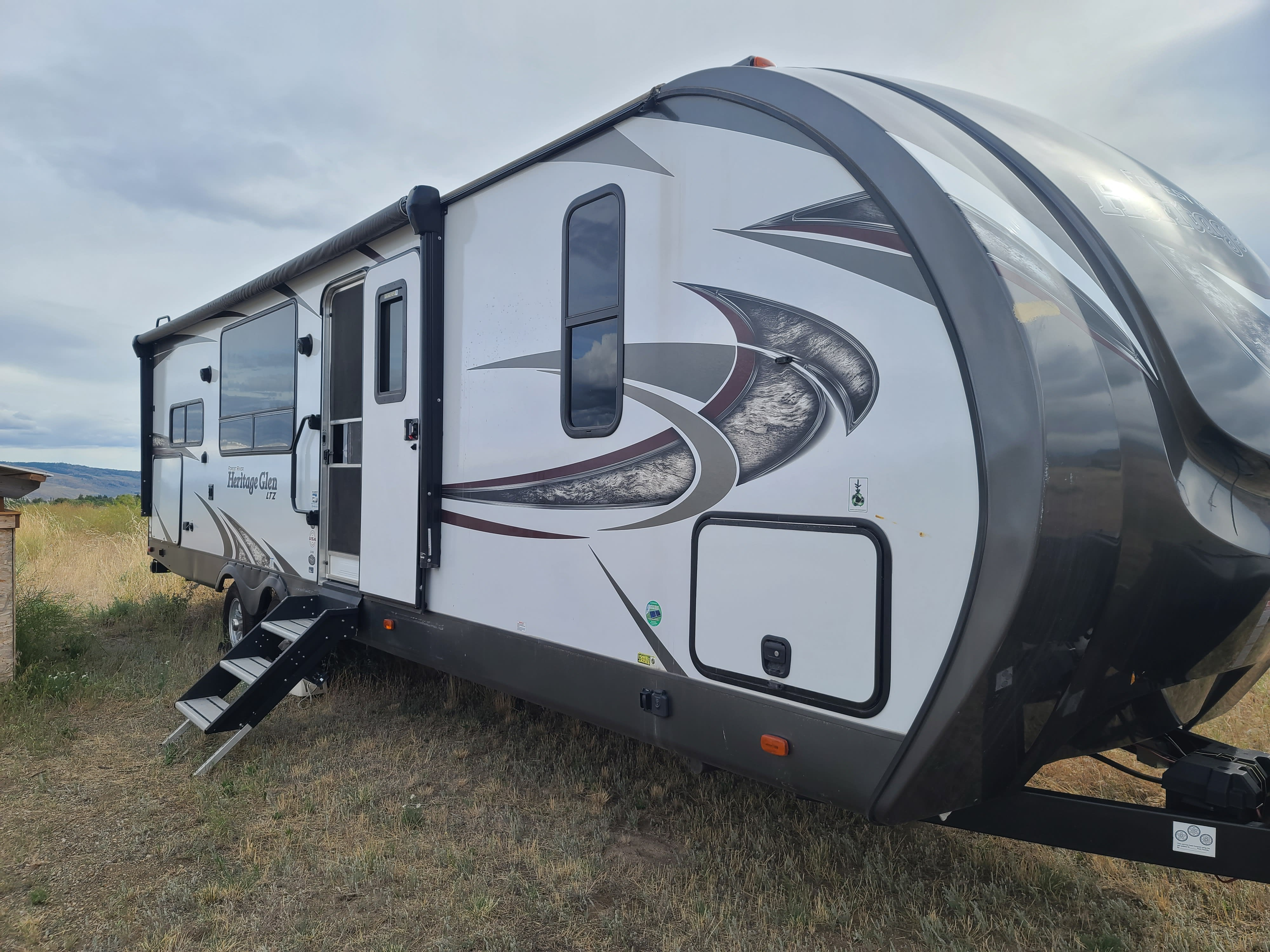 Side view of trailer. Forest River Heritage Glen 2018