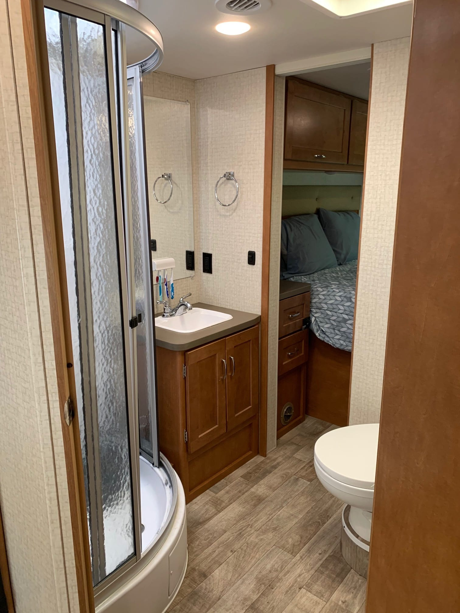 Bathroom and Shower. Winnebago Minnie Winnie 2018
