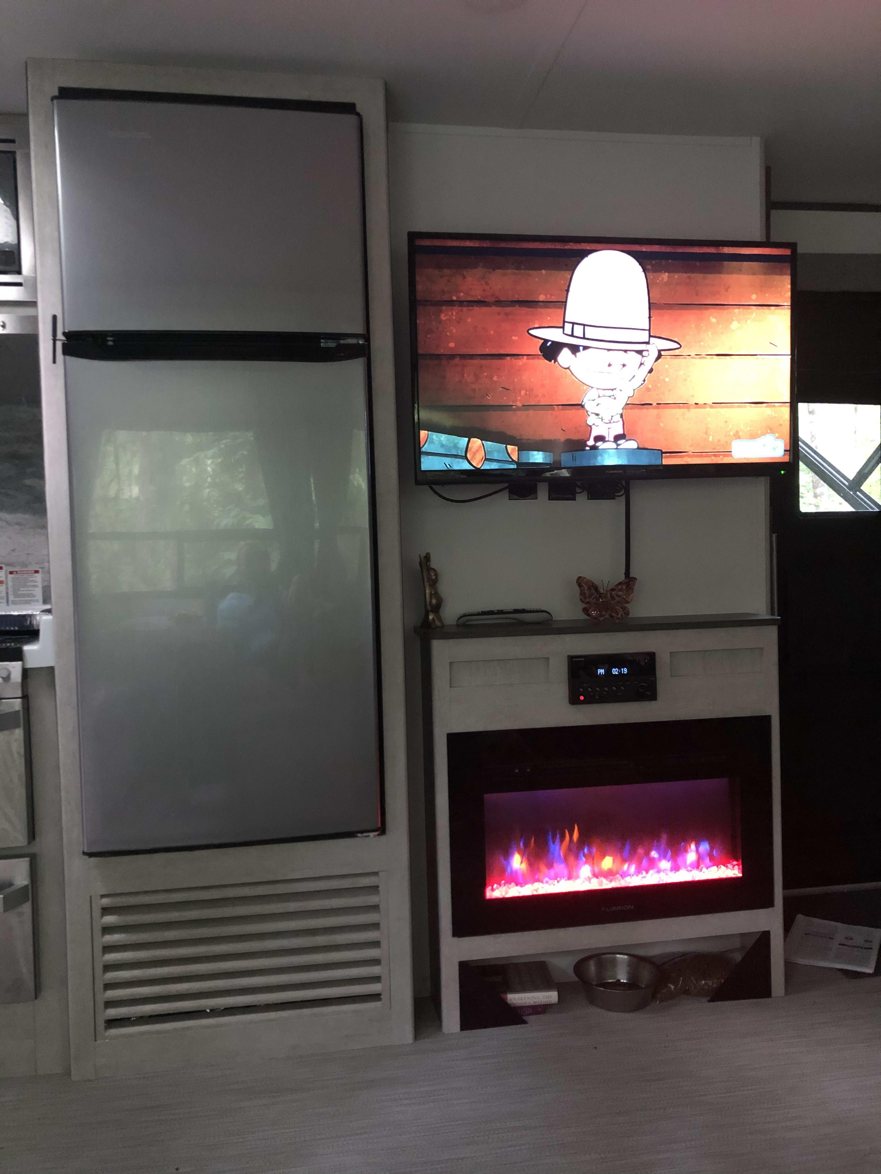 TV and Fireplace. Travel Lite Evoke B 2020