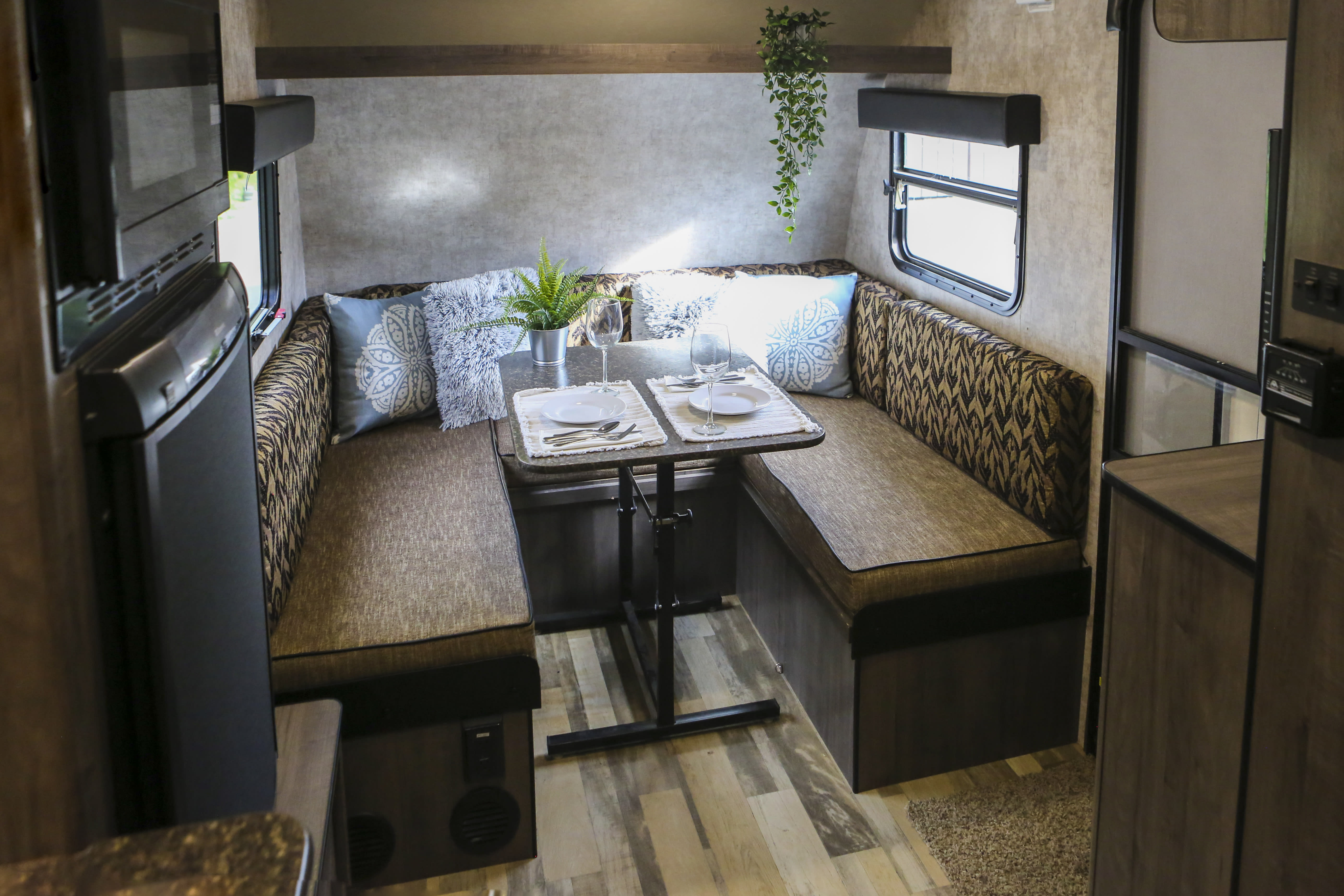With enough seating for six, the Dining area is a nice place to enjoy some time with loved ones. . Winnebago Winnie Drop 2017