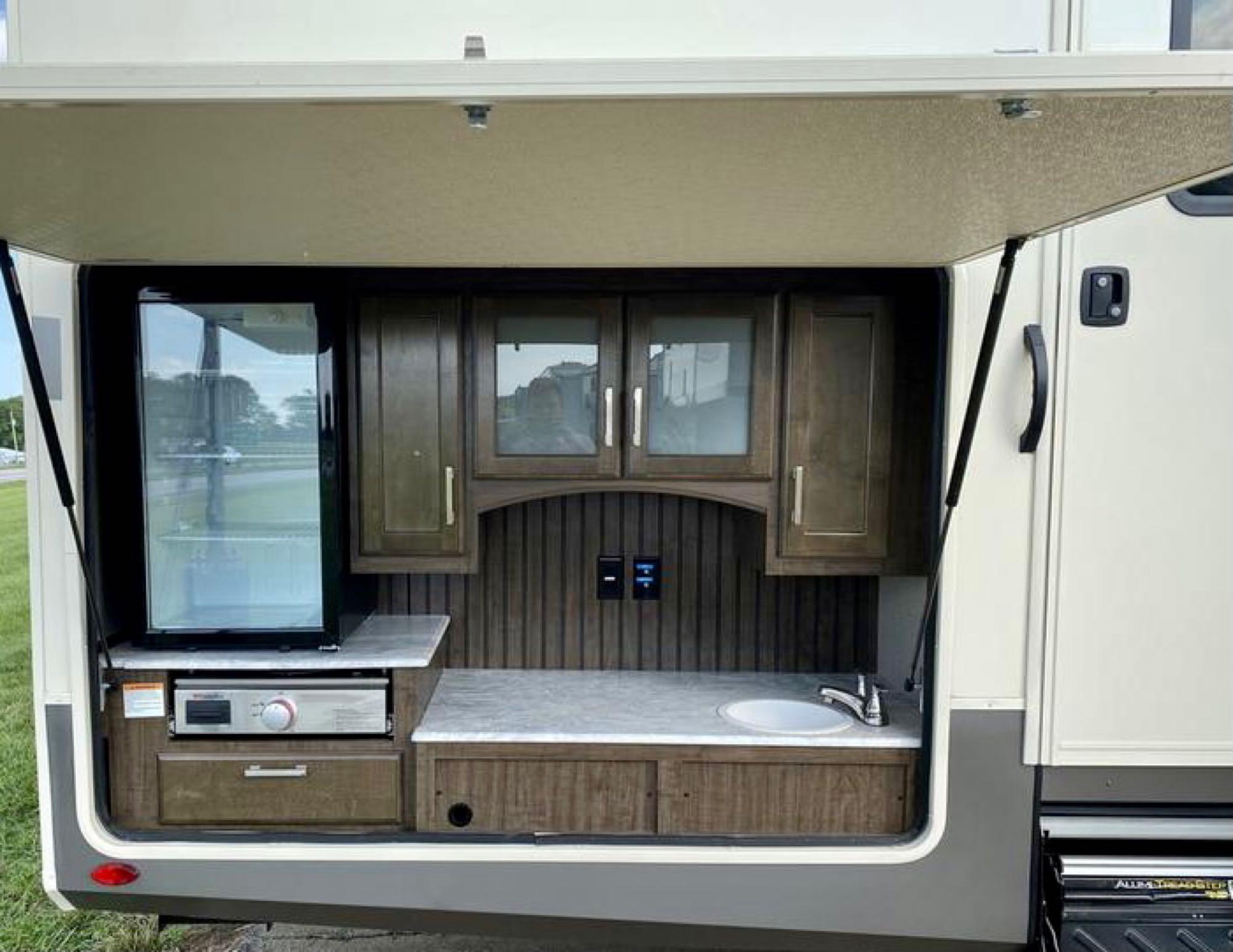 outdoor kitchen. Grand Design Solitude 2021