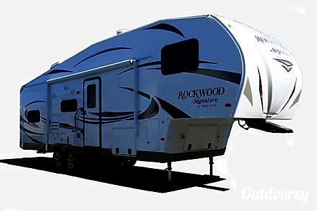 032' Forest River Rockwood 5th Wheel w/Triple Slide-Outs (T14)  San Marcos, CA