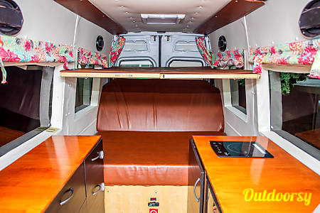 0Portland Mercedes Benz Sprinter Luxury Limo/RV Seats 8 Sleeps 8  Portland, OR