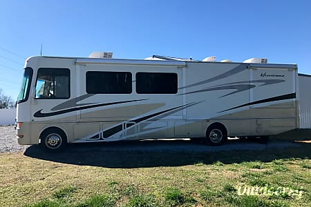 2007 Thor Motor Coach Hurricane- Sleeps 8!!!  Cleveland, TN