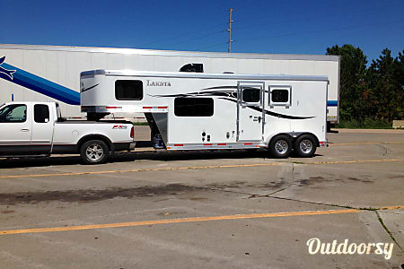 02016 Lakota 2 horse trailer with living quarters  Erhard, MN