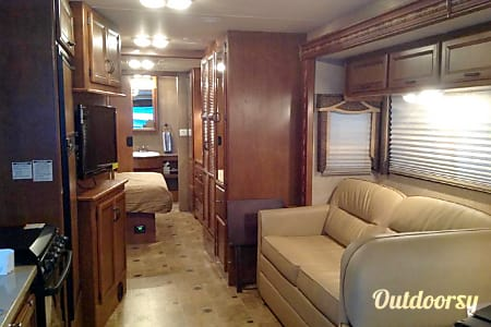 2015 Thor Motor Coach Hurricane  Horizon City, TX