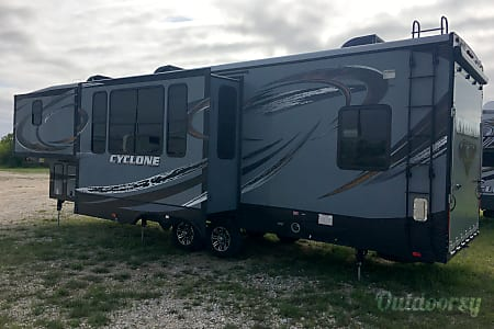 2015 Heartland Cyclone Toy Hauler - WILL DELIVER, SET-UP and PICK-UP (see below details)  Devine, TX